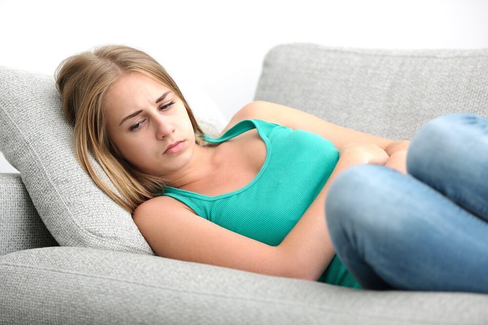 אישה סובלת מכאבי בטן