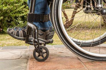 רגלי גבר בכסא גלגלים
