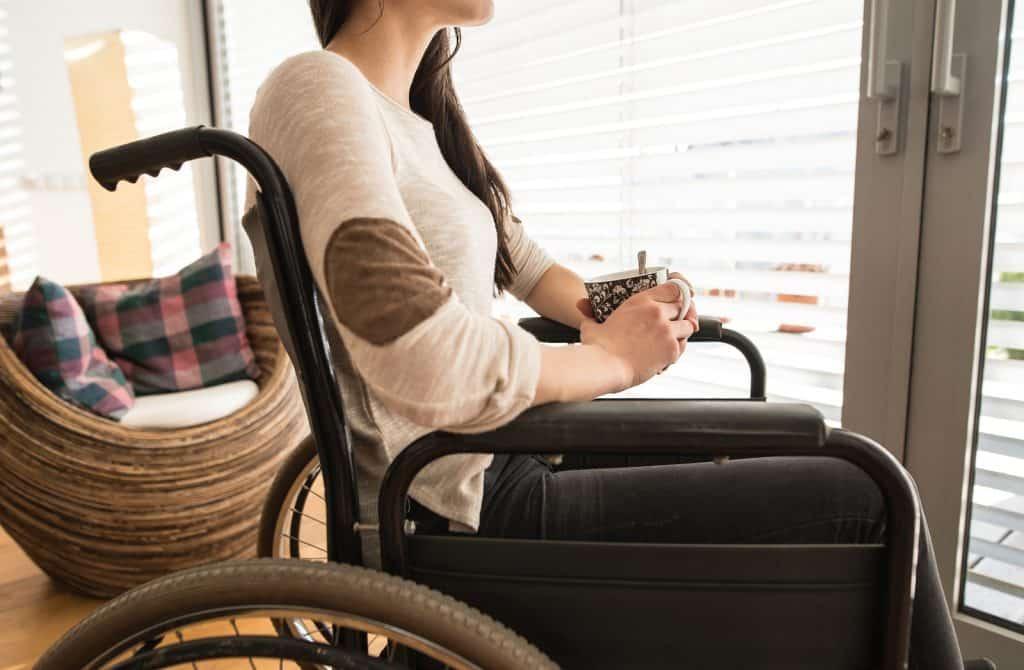 אישה לא מזוהה על כיסא גלגלים