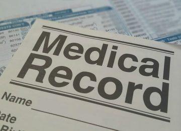 על הצוות הרפואי, בטרם מתן טיפול, לעיין בגיליון הרפואי של המטופל